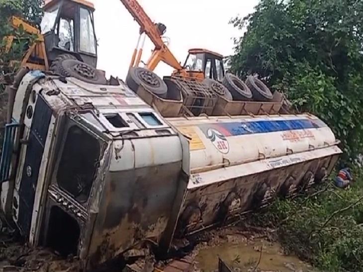 बुधवार शाम को रतनपुर थाना क्षेत्र में एक डीजल से भरी टैंकर अनियंत्रित होकर पलट गई थी। - Dainik Bhaskar