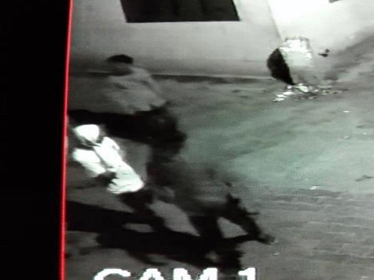 CCTV में कैद हुए चोर।
