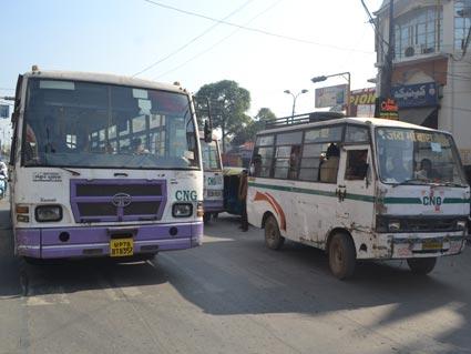 सवारी भरने के लिए बस ड्राइवर चौराहों के बीच में बस रोककर भी सवारी भरने लगते हैं। इससे रोजाना  जाम और एक्सीडेंट होते हैं। - Dainik Bhaskar