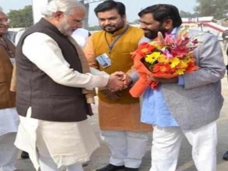 फोटो 2017 की है, जब सांसद कौशल किशोर ने प्रधानमंत्री मोदी का स्वागत किया था।