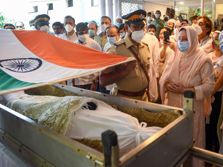 पद्म पुरस्कार और दादा साहेब फाल्के जैसे राष्ट्रीय सम्मानों से नवाजे गए दिलीप कुमार की अंतिम यात्रा शुरू होने के पहले उनकी पार्थिव देह पर तिरंगा लपेटा गया।