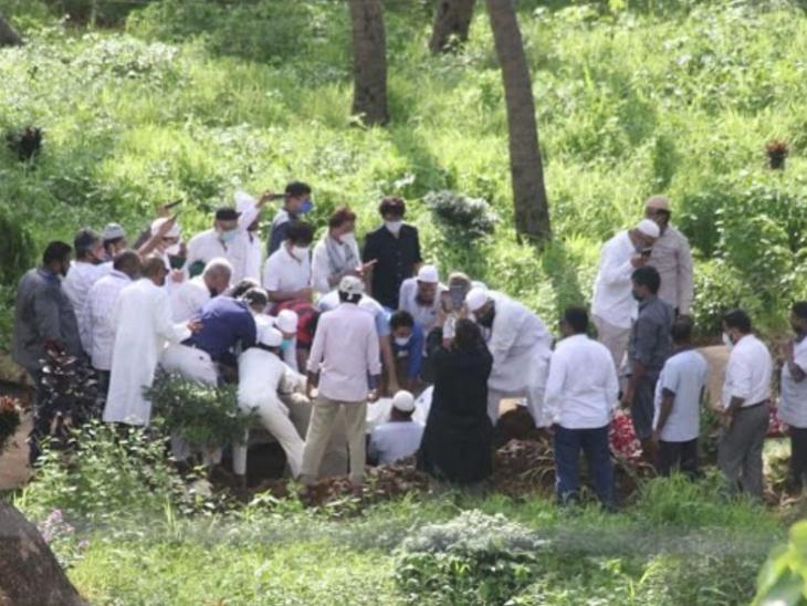 मुंबई के जुहू कब्रिस्तान में राजकीय सम्मान से अंतिम विदाई, सायरा बानो ने कब्रिस्तान जाकर किया आखिरी सलाम|देश,National - Dainik Bhaskar