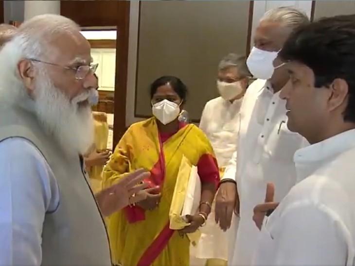 मंत्रिमंडल विस्तार से पहले सिंधिया से बात करते पीएम मोदी।