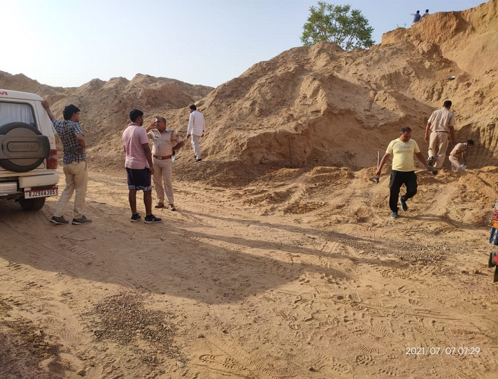 बांदीकुई में अवैध खनन के खिलाफ कार्रवाई करने पहुंची टीम - Dainik Bhaskar