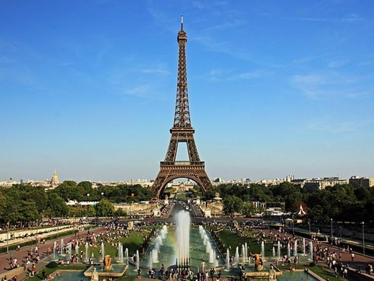 एफिल टॉवर को देखने हर साल लाखों टूरिस्ट पेरिस पहुंचते हैं।