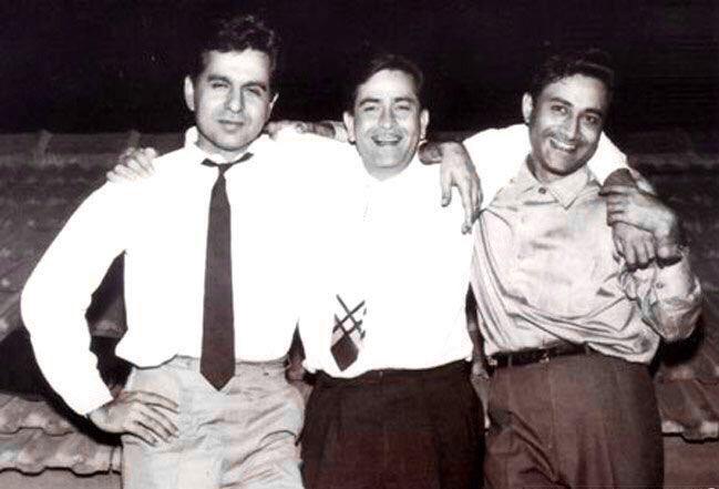 दिलीप कुमार-राज कपूर और देव आनंद को त्रिमूर्ति कहा जाता था क्योंकि 40-60 के दशक में ये तीनों ही सबसे सफल स्टार्स थे। तीनों जब भी किसी पार्टी में मिलते तो इनकी बॉन्डिंग देखने लायक होती थी।