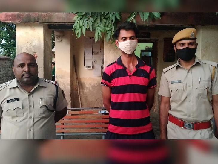 रेलवे पुलिस की गिरफ्त में फर्जी पुलिसकर्मी। - Dainik Bhaskar