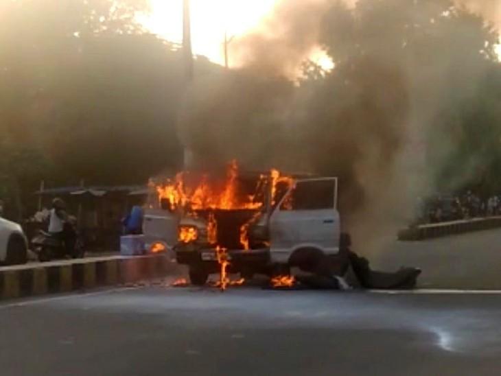 झांसी के सीपरी बाजार थाना क्षेत्र के पास वैन में लगी भीषण आग। - Dainik Bhaskar