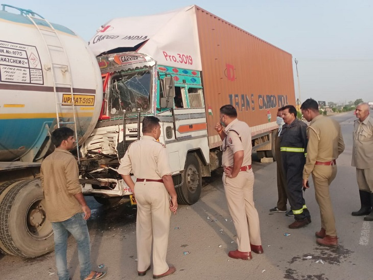 टक्कर लगने से कैप्सूल टैंकर से होने लगा गैस का रिसाव, सूचना पर पहुंचे दमकल कर्मी व पुलिस। - Dainik Bhaskar
