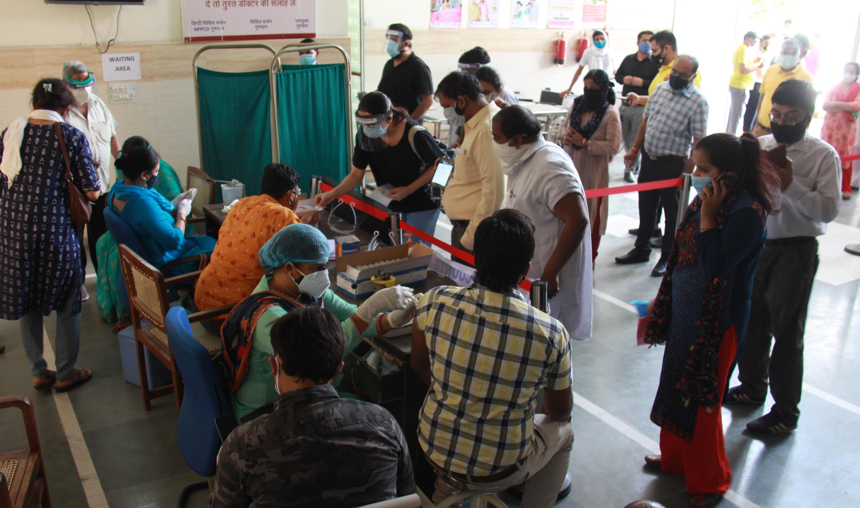 वैक्सीनेशन लगातार किया जा रहा है। - Dainik Bhaskar