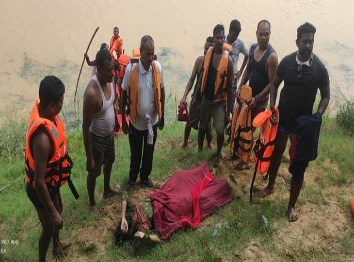 मानसिक रूप से बीमार युवती के कीचड़ में पैर फिसलने से नदी में गिरने की आशंका; 3 घंटे की मशक्कत के बाद मिला शव|जगदलपुर,Jagdalpur - Dainik Bhaskar