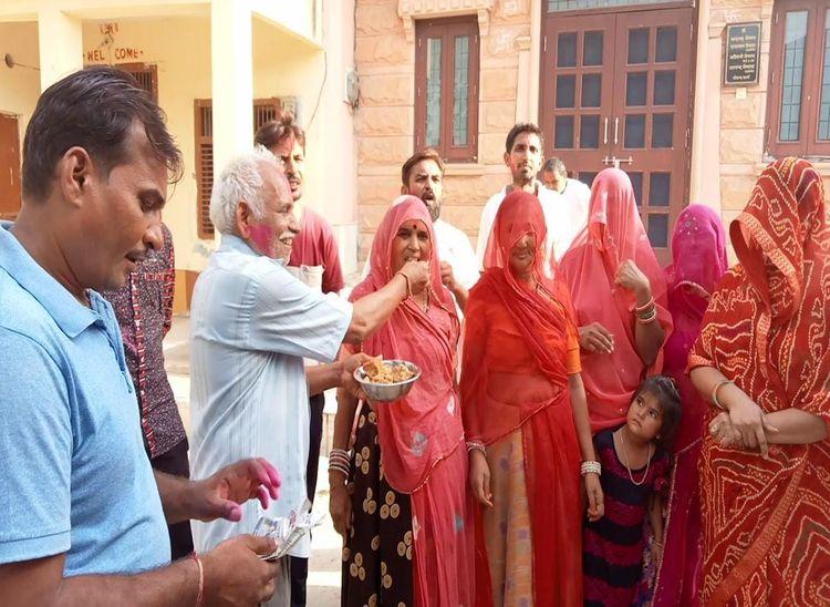 वैष्णव के मंत्री बनने की खुशी में जीवंद कलां गांव में उनके रिश्तेदार व ग्रामीण मिठाई खिलाकर एक-दूसरे का मुंह मीठा करवाते हुए। - Dainik Bhaskar