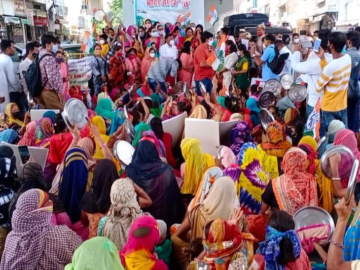 थालियां बजाकर महिलाओं ने प्रदर्शन किया, चूल्हे पर रोटी सेकी, सोशल डिस्टेंसिंग की धज्जियां उड़ी|कोटा,Kota - Dainik Bhaskar