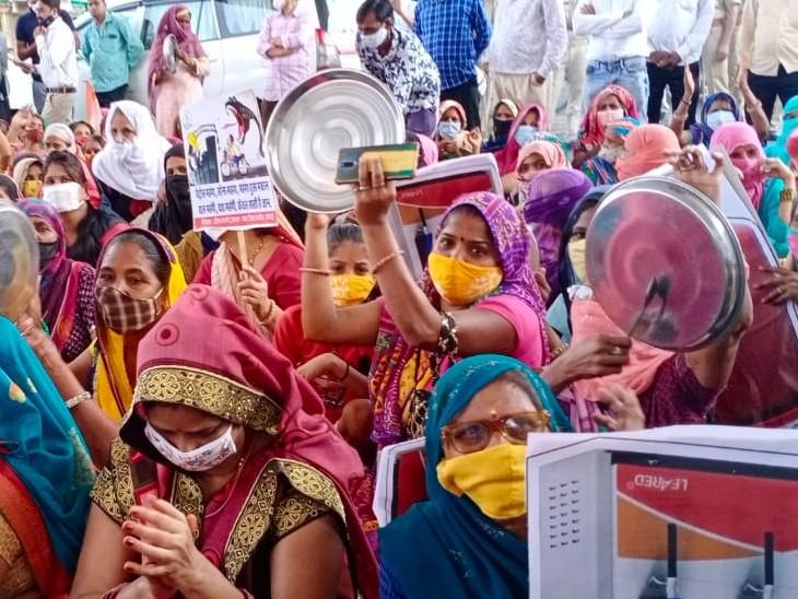 प्रदर्शनकारी महिलाओं ने चौराहे पर बैठकर थालियां बजाई