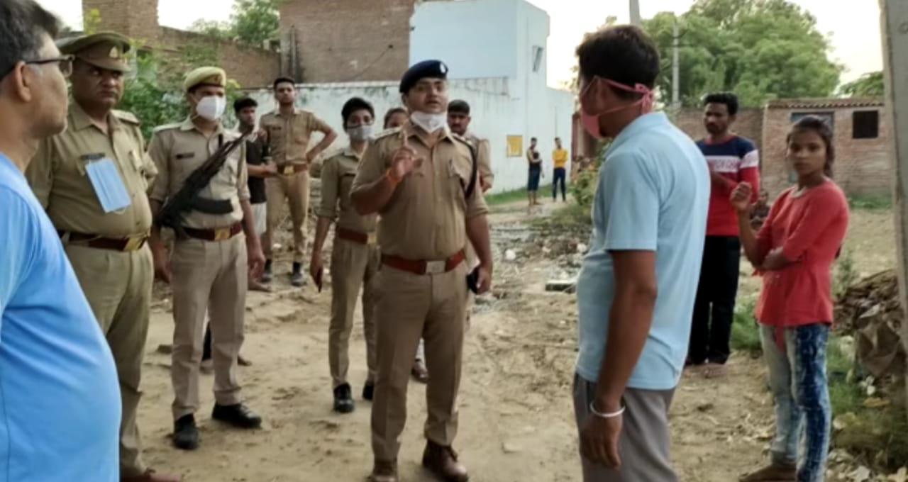 घटना की सूचना मिलने के बाद मौके पर जांच के लिए पुलिस पहुंची थी। - Dainik Bhaskar
