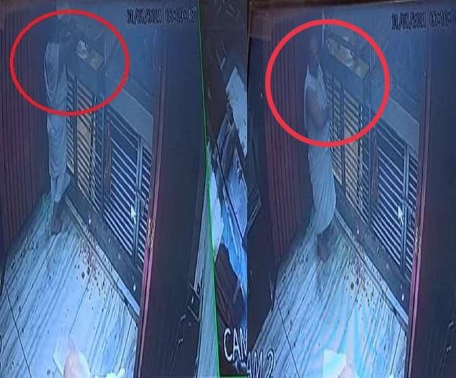 दान पात्र से रुपए निकालते हुए महंत जितेंद्र दास सीसीटीवी फुटेज में हुए थे कैद।