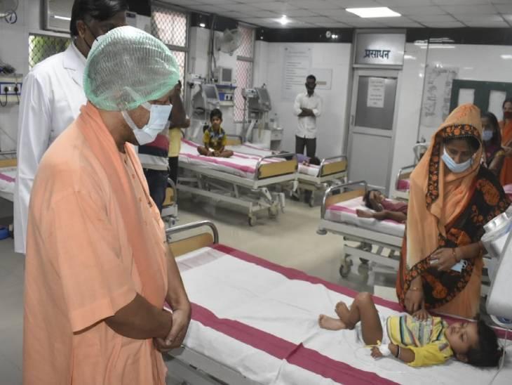 गोरखपुर दौरे के दौरान मुख्यमंत्री योगी आदित्यनाथ ने मेडिकल कॉलेज जाकर इंसेफेलाइटिस से पीड़ित बच्चों का हाल जाना।