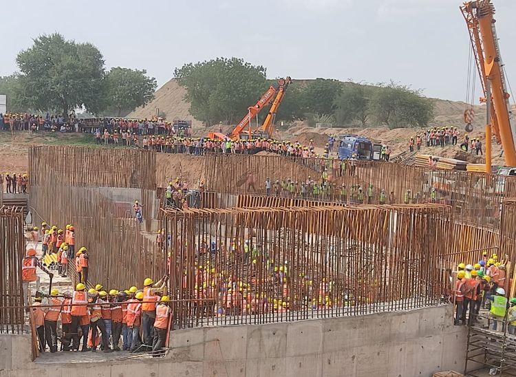 क्रेन से लोहे के सरिए उतारते वक्त हादसा, लोहे के सरियों से बना जाल श्रमिकों पर गिरा, 10 श्रमिक दबे, गैस कर्टर से काटकर श्रमिकों को निकाला|राजस्थान,Rajasthan - Dainik Bhaskar