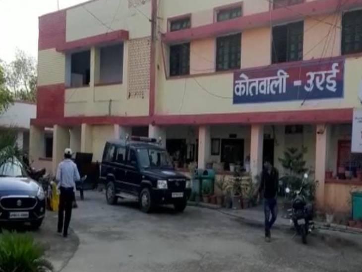 इलाज के लिए जिला अस्पताल में स्थानीय लोगों ने पुलिस की मदद से भर्ती कराया था, इस घटना को अंजाम उसके प्रेमी द्वारा दिया गया था। युवती का झांसी मेडिकल कॉलेज में इलाज चल रहा है। - Dainik Bhaskar