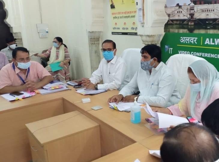 अधिकारियों की बैठक लेते मंत्री। - Dainik Bhaskar
