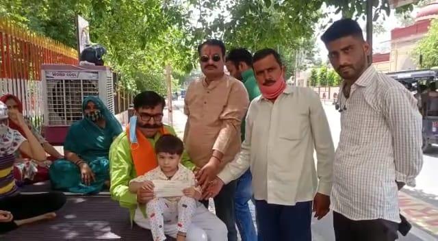 अलवर शहर में युवा इंजीनियर की मौत के बाद उनकी 3 साल की बेटी व परिवार के लोग 22 जून से धरने पर बैठे|अलवर,Alwar - Dainik Bhaskar