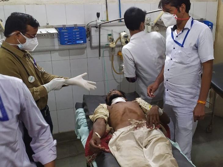 जिला अस्पताल में इलाज जारी। - Dainik Bhaskar