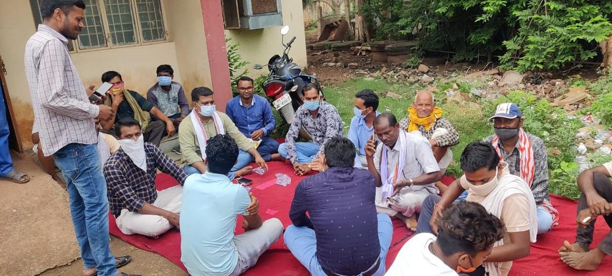 कवर्धा में किसान इस तरह से बिजली ऑफिस में धरने पर बैठ गए थे।