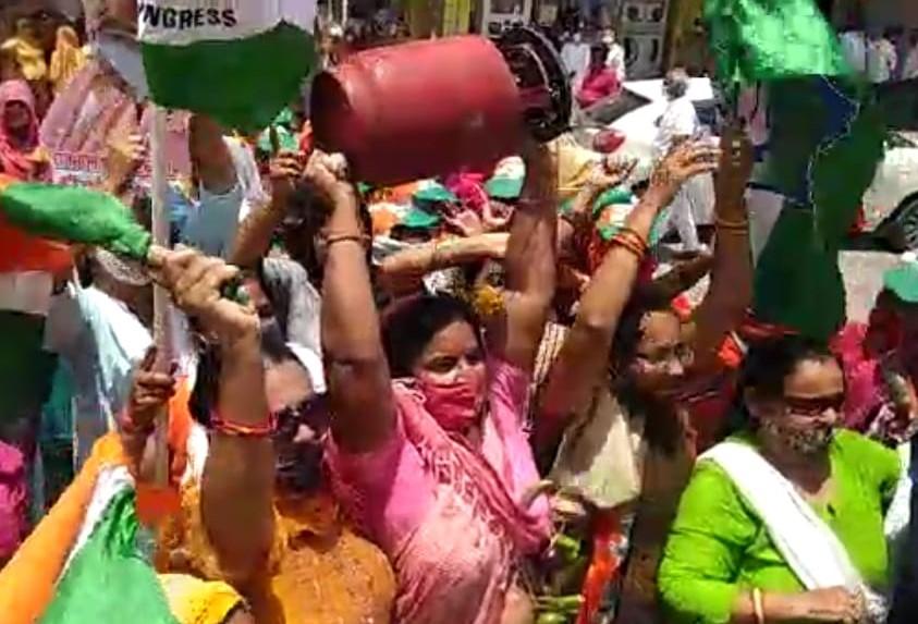 बीकानेर में विरोध प्रदर्शन करती कांग्रेस महिला कार्यकर्ता। - Dainik Bhaskar