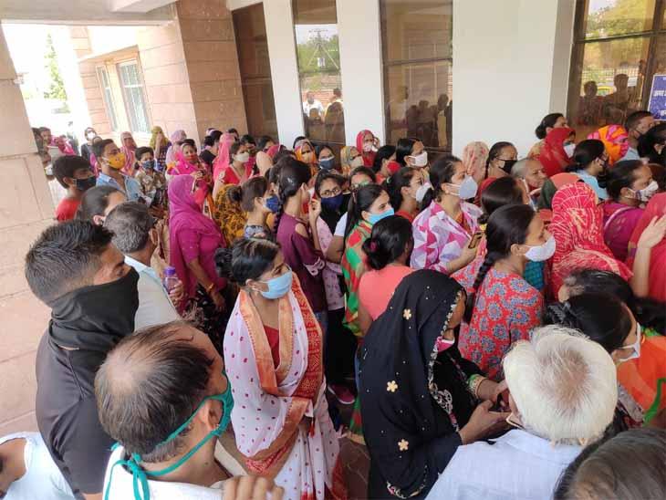 जोधपुर के एमडीएम अस्पताल में वैक्सीन लगवाने को उमड़ी भीड़। - Dainik Bhaskar