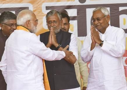 चुनावी रैली में प्रधानमंत्री नरेंद्र मोदी से मिलते मुख्यमंत्री नीतीश कुमार और सुशील मोदी। (फाइल फोटो)।