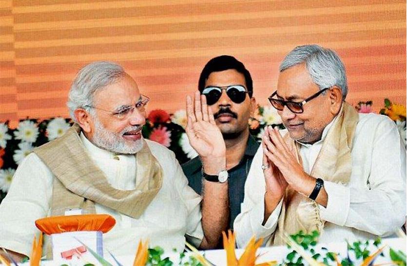 कार्यक्रम के दौरान एक दूसरे का अभिवादन स्वीकार करते प्रधानमंत्री नरेंद्र मोदी और मुख्यमंत्री नीतीश कुमार। (फाइल फोटो)