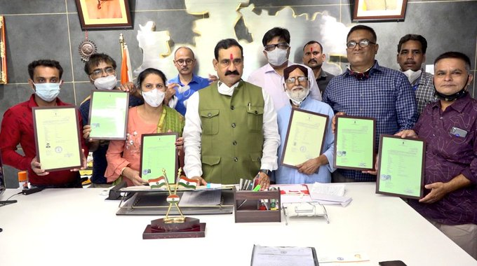 नरोत्तम मिश्रा ने 6 लोगों को सौंपा भारतीय नागरिकता का प्रमाण पत्र। - Dainik Bhaskar