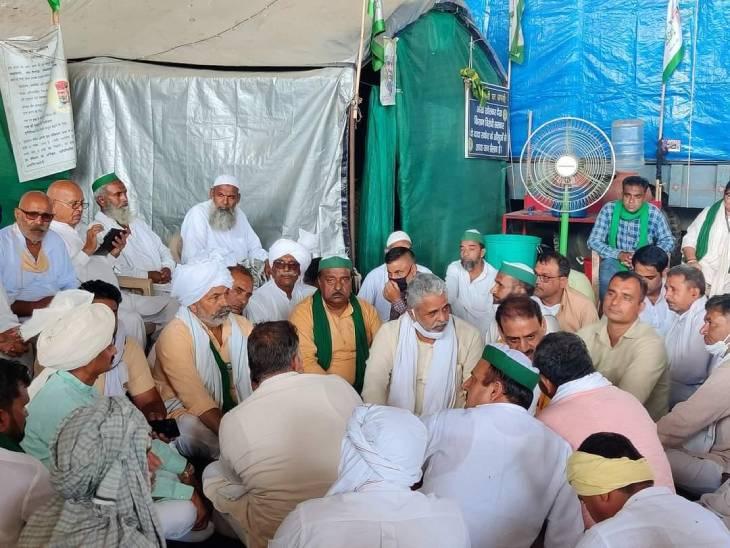 संसद भवन कूच को लेकर रणनीति तैयार करते किसान नेता। - Dainik Bhaskar