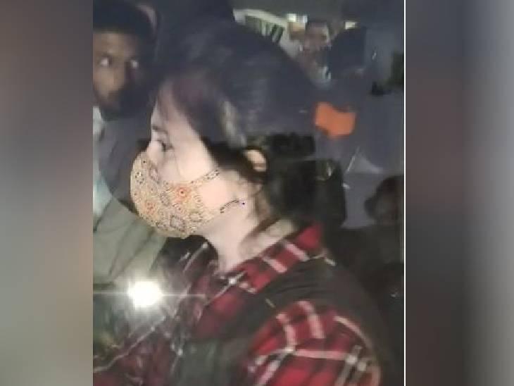 देर शाम श्वेता स्वप्निल जैन और मोनिका को मिली जमानत, मीडिया से बचकर कार से रवाना हो गई; श्वेता विजय जैन को राहत नहीं इंदौर,Indore - Dainik Bhaskar