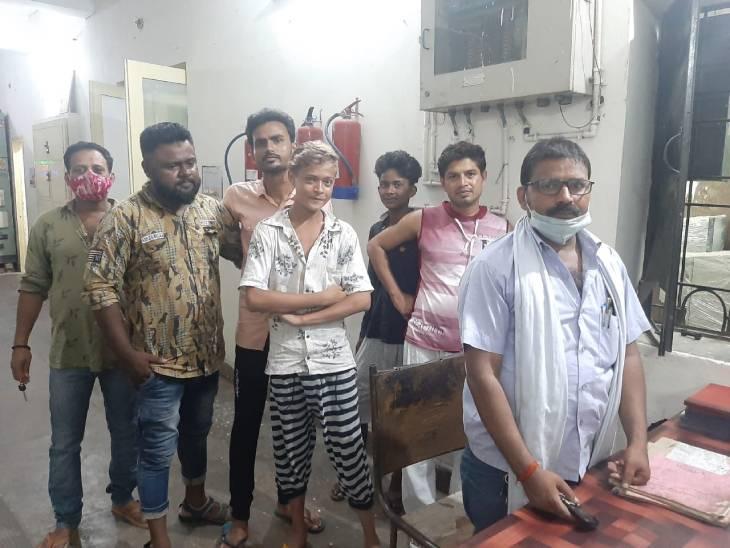मेडिकल कॉलेज सब स्टेशन पर आधी रात लोगों ने किया प्रदर्शन, फीडर बंद करने की दी चेतावनी दी|लखनऊ,Lucknow - Dainik Bhaskar
