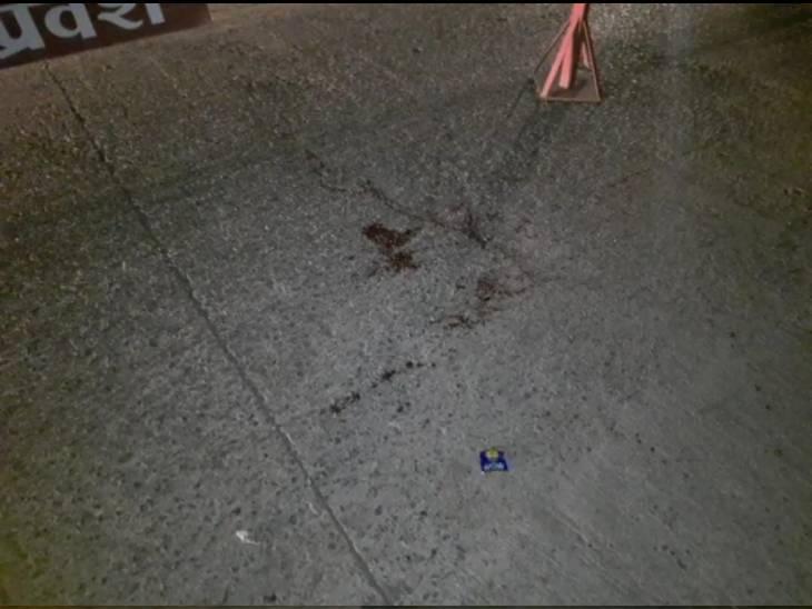 फायरिंग में घायल वारिस और सत्येंद्र का सड़क पर गिरा खून।