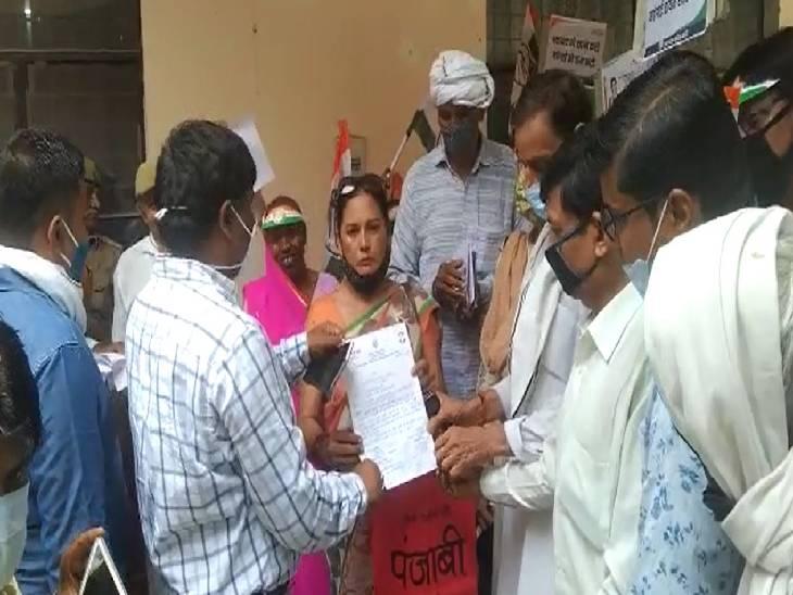 मंहगाई के विरोध में महिला मोर्चा ने थाली बजाकर किया विरोध प्रदर्शन, कहा- सरकार मंहगाई कम करें नहीं तो सड़क पर देंगे धरना|कन्नौज,Kannauj - Dainik Bhaskar