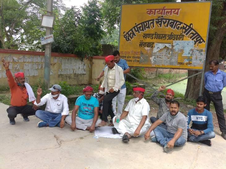 सीतापुर में ब्लॉक प्रमुख के दफ्तर के बाहर सपा नेताओं व कार्यकर्ताओं ने दिया धरना। - Dainik Bhaskar
