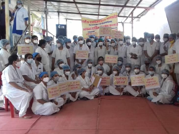 होशंगाबाद में प्रदर्शन करतीं नर्सें। - Dainik Bhaskar