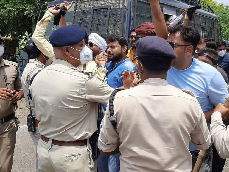युवक कांग्रेस के कार्यकर्ताओं को गिरफ्तार करती पुलिस।