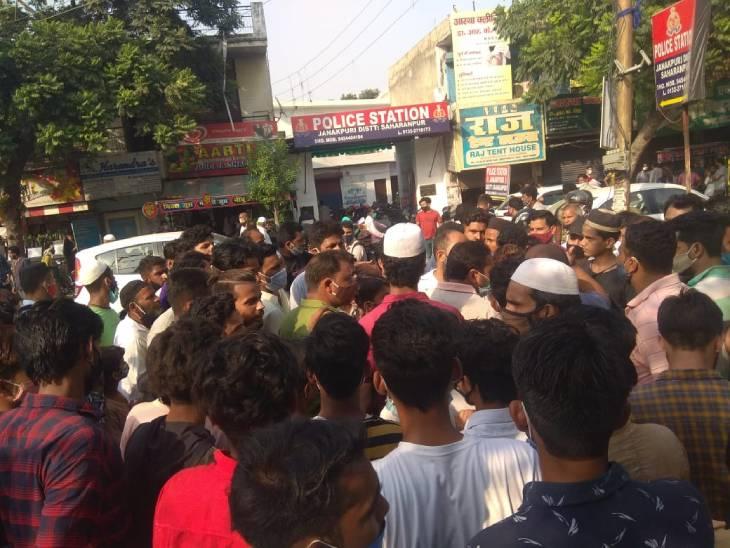 सहारनपुर में फोन नहीं उठाने पर इंस्पेक्टर ने बुजुर्ग से की गाली-गलौज, भीड़ थाने में जमी, सस्पेंड करने की मांग|सहारनपुर,Saharanpur - Dainik Bhaskar