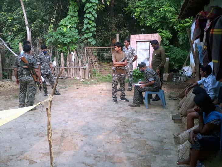 मृतक के घर पर लोगों को समझाती पुलिस। - Dainik Bhaskar