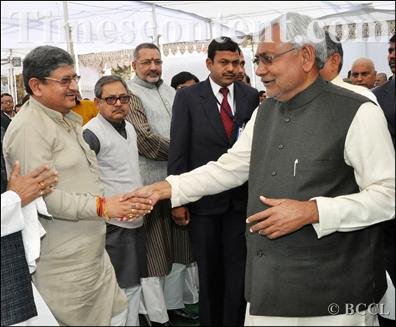 कार्यक्रम में ललन सिंह से मिलते मुख्यमंत्री नीतीश कुमार। (फाइल फोटो)
