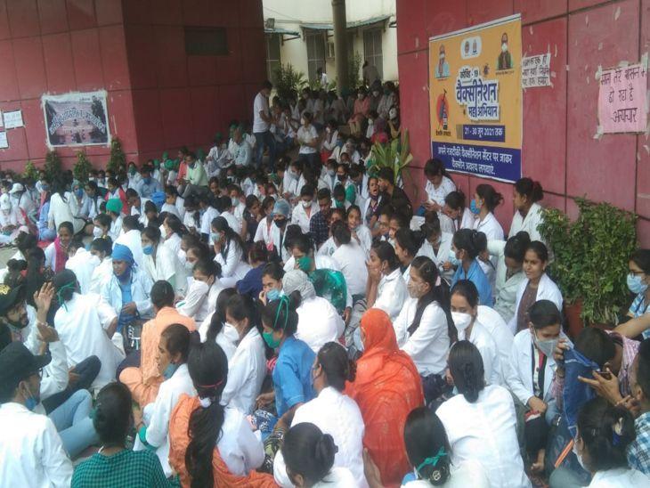 इंदौर में हड़ताल पर बैठी नर्सेस। - Dainik Bhaskar