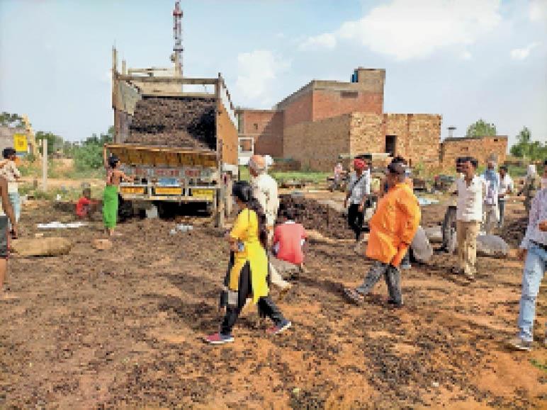 ढोढर में पकड़ा गया नागरमोथा से भरा ट्रक व मौके पर मौजूद नायब तहसीलदार। - Dainik Bhaskar
