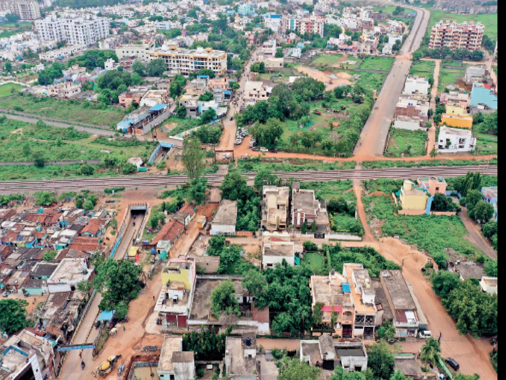 मोहबाबाजार-हीरापुर के बीच बनी सड़क पटरी के पास अधूरी रह गई। - Dainik Bhaskar