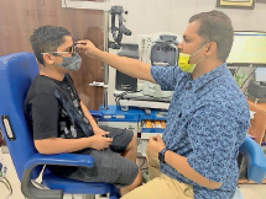 दोगुनी तेजी से खराब होने लगी बच्चों की आंखें, 12-12 घंटे फोन पर बिताने से आंखों में खुश्की, डॉक्टर भी हैरान|पानीपत,Panipat - Dainik Bhaskar