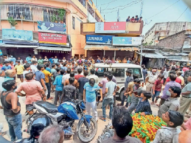 बुधवार को पुलिस व वाहन का घेराव करती व्यावसायियों की भीड़। - Dainik Bhaskar