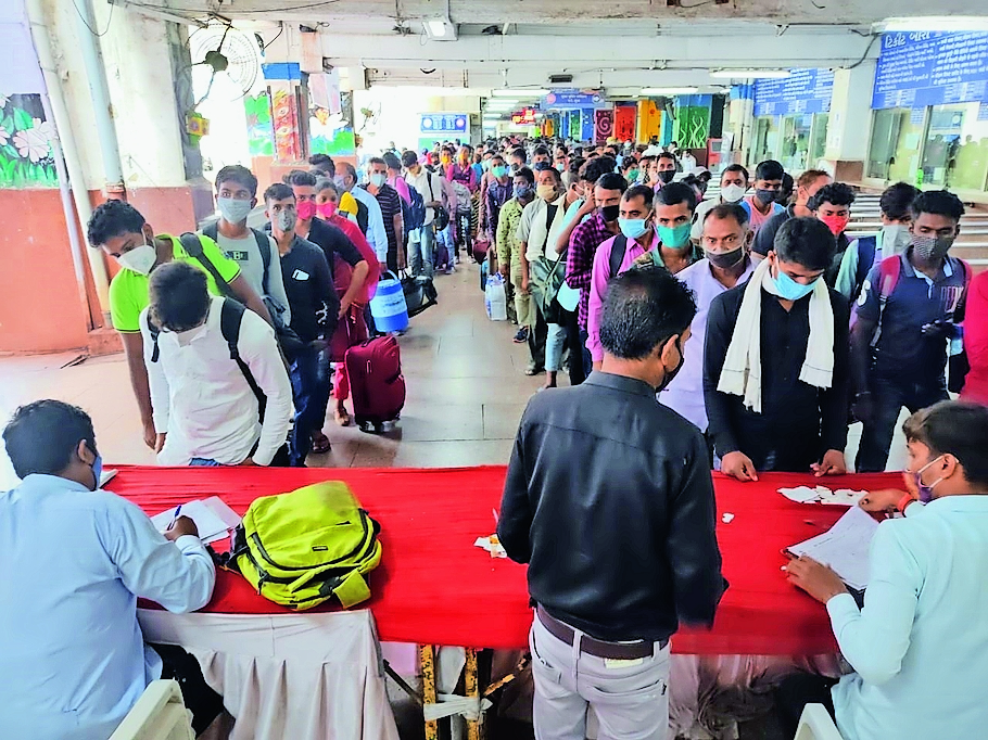 मनपा सूरत रेलवे स्टेशन पर अभी भी बाहर से आने वाले यात्रियों की कोरोना जांच करती है ताकि शहर को कोरोना मुक्त किया जा सके। - Dainik Bhaskar