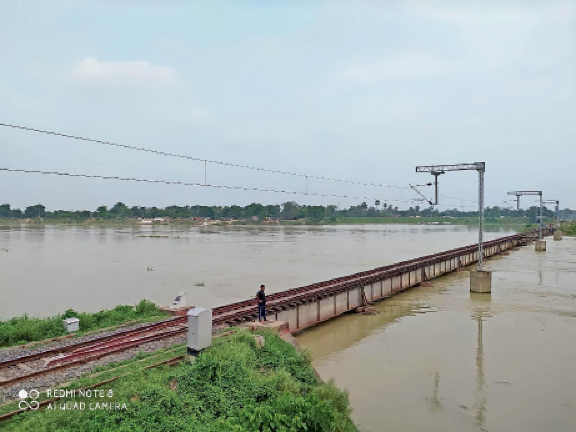 हायाघाट में बाढ़ आने के बाद रेलवे पुल संख्या-16 के नजदीक गाटर में बाढ़ का पानी सटने में 1 फीट बाकी है। निगहबानी करते कर्मी। - Dainik Bhaskar